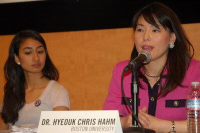 波士頓大學副教授漢姆(右),在記者會上討論亞太裔婦女罹患愛滋病問題。(記者劉開平/攝影)