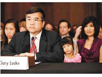 獲提名出任美國駐中國大使的商務部長駱家輝,26日偕夫人李蒙(右)與三個孩子於國會出席聽證會。(美聯社)