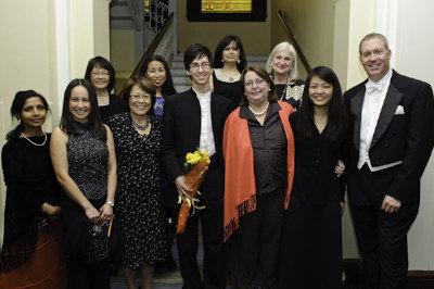 亞裔反家庭暴力小組 (ATASK) 日前在新英格蘭音樂學院喬登廳舉行慈善音樂會,除了為ATASK的兒童計畫籌款外,也紀念該會去年底去世的董事Pamela Whitney。圖為ATASK行政主任陳婉娉 (後排左二)、音樂家Charlie Albright(前排中)及活動主要組織者。(ATASK提供)