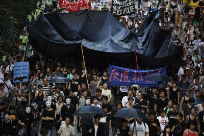 「反鷹抗暴行動組」3日下午遊行到灣仔警察局總部,抗議香港政府在李克強訪港時的保安處理手法。