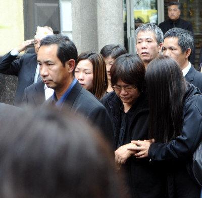 陳宇暉母親陳素珍(前右二)悲慟不已,在家人攙扶下為愛子送上最後一程。(記者簡一夫/攝影)