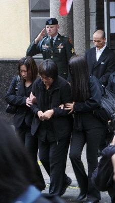 陳宇暉母親陳素珍(前左二)悲慟不已,在家人攙扶下為愛子送上最後一程。(記者簡一夫/攝影)