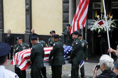 日前在阿富汗坎達哈殉職的華裔美國陸軍步兵陳宇暉13日在曼哈坦華埠出殯,棺木以國旗覆蓋。(記者簡一夫/攝影)