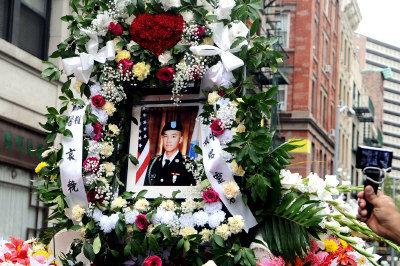 陳宇暉13日在曼哈坦華埠出殯,其遺照上的英挺軍容令人看了不勝唏噓。(記者簡一夫/攝影)