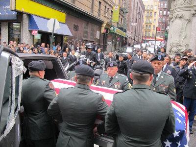六名扶靈軍人將陳宇暉的棺木送上靈車。(記者羅慧琪/攝影)