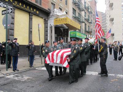 六名扶靈的軍人將陳宇暉的棺木送上靈車。(記者羅慧琪/攝影)