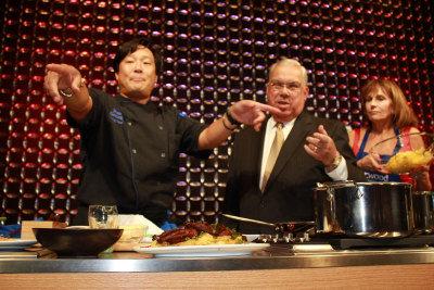 擔任大會主席的名廚蔡明昊(左)和波士頓市長萬寧路(右),在22日舉行的「絲路籌款晚會」 上,邀請大家品嘗他製作的「紅薑鴨」。(記者楊欣欣/攝影)