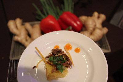 「絲路籌款晚會」 上,蔡明昊製作「紅薑鴨」與嘉賓分享。(記者楊欣欣/攝影)