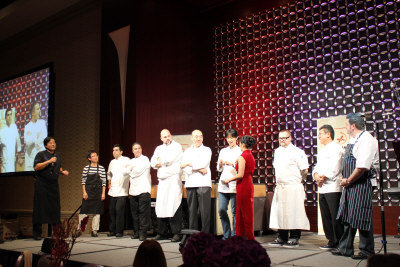 7NEWS/CW56主持人伍沅媚(穿旗袍者)請張柔安(後右四)宣布當晚獲獎廚師。Toro餐廳的廚師Jammie Bissonnette(後右三)獲得「品評嘉獎」。(記者楊欣欣/攝影)