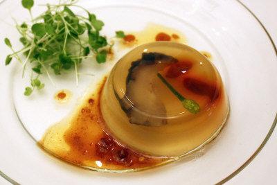許建南以韓國海參入菜,製作「參藏畢露鮑清天」。(圖由許建南提供)