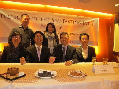 廚師許建南(後排左一)、南韓農水產物流通公社吳炯輐(前排左二)、寶榮行吳寶淳(前排左三)推介南韓鮑參。(記者杜宜臻/攝影)