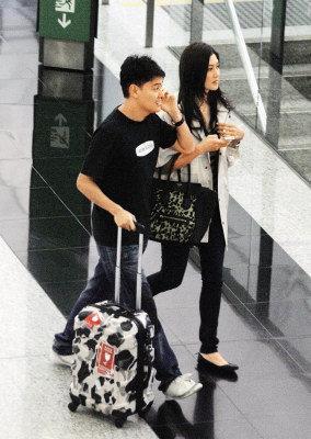 李彩華(右)秘密返港,男友潘啟翀甜蜜接機。(圖:東方日報提供)