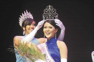 2011年美華埠小姐關蓮珠為新出爐女皇胡瑞欣戴上后冠。(圖與文:記者關文傑)