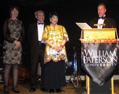 威廉帕特森大學舉辦「傑出人士頒獎年會」,蒙特維爾市長布蘭登(Tim Braden,右一)宣讀三位參、眾議員連署的獎狀,頒發給林潔輝(右二)與嚴欣鎧(右三),左一為威大校長華俊(Kathleen Waldron)。(記者孫影真/攝影)