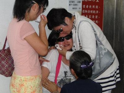 大鵬航空機組員證實罹難,副駕駛張明欽的太太(中)哀慟逾恆。(記者范振和/攝影)