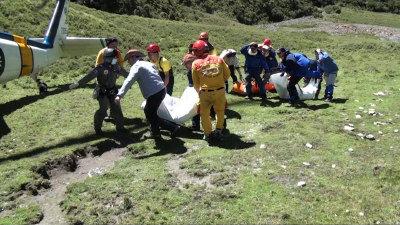 空軍嘉義基地出動S-70C直升機,降落在失事航測機旁的平地,將三名罹難者遺體載運下山。(圖:軍方提供)