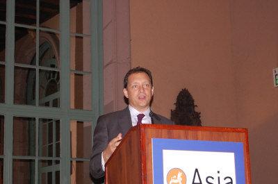 亞洲協會南加分會11日就新公布的中國來美投資報告舉行論壇,圖為報告作者之一Daniel Rosen公佈報告內容。(記者劉美/攝影)