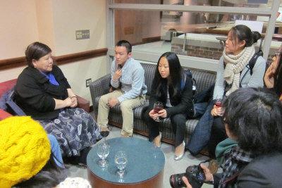 波士頓大學學生聆聽焦雄屏(左一)的電影觀。(記者黃子怡/攝影)