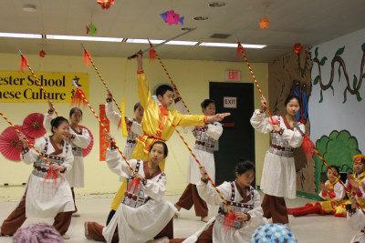 法蘭克林動物園慶祝農曆新年,文誠中國文化學校的學生表演岳飛舞劍。(記者劉晨懿之/攝影)