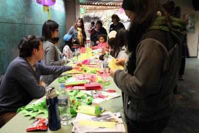 法蘭克林動物園慶祝農曆新年,小朋友饒有興趣的學習製作手工藝品。(記者劉晨懿之/攝影)