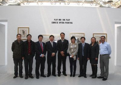 中國戲劇畫作品展「戲墨‧墨戲」主辦方及嘉賓在展覽開幕式合影。(圖:威大中國藝術中心提供)