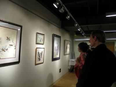民眾觀賞劉瑪玲的畫作。(記者王明心/攝影)