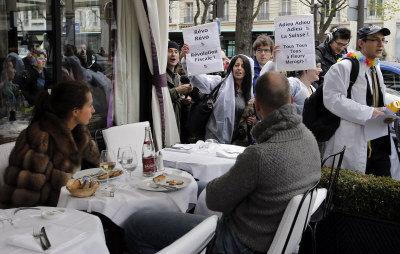 抗議人士手持「稅改」的標語要前往巴黎的瑞士銀行示威。(美聯社)