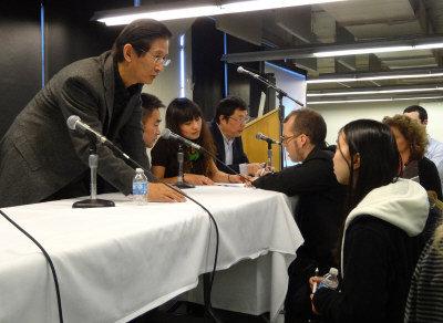 中美版畫家會後互動交流。(圖:威大中國藝術中心提供)