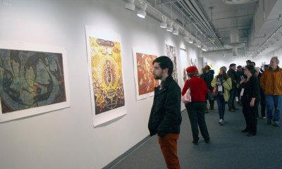觀眾欣賞中國版畫展覽。(圖:威大中國藝術中心提供)