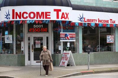 所得稅是每年必報的稅種。圖為舊金山一報稅網點以所得稅為招牌。(Getty Images)