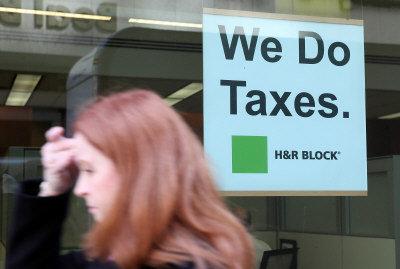 美國稅法比較複雜,讓人感到頭疼,只得請專業人士代勞。(Getty Images)