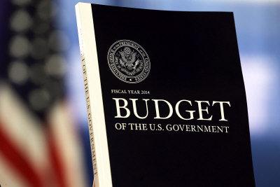 由於政府資金短缺,追查逃稅在所難免。圖為白宮提出的2014年度的財政預算。(Getty Images)