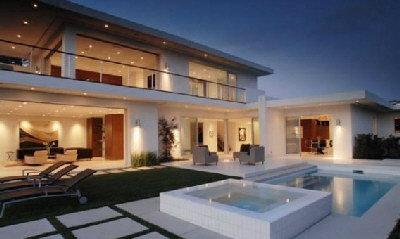 馬修派瑞豪宅造型現代化,戶外泳池都與眾不同。(取材自網路)