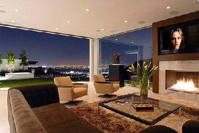 馬修派瑞豪宅起居室的整面玻璃牆更添空間感。(取材自網路)