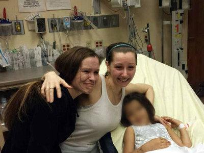 逃離綁匪魔掌的俄亥俄州克利夫蘭女子艾曼妲‧貝瑞(中)與親人重逢,右為她生下的六歲女孩。(Getty Images)