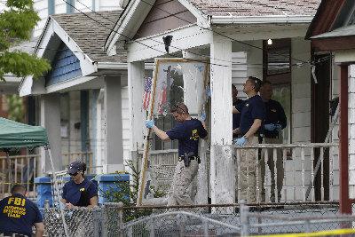 聯邦調查局探員7日搜查俄亥俄州克利夫蘭綁架案嫌犯卡斯楚的房屋。(美聯社)