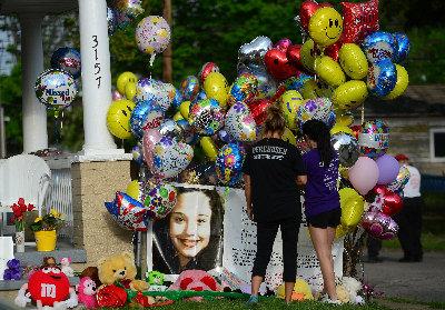 俄亥俄州克利夫蘭市民7日在吉娜‧德吉澤斯被綁架前所住的房屋外布置氣球,歡迎她回家。(Getty Images)