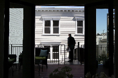 不但看屋子內部、環境、還要看四鄰及社區情況。 (Getty Images)