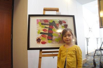 年僅五歲的Sophia展示自己的畫作。(記者湯唯/攝影)