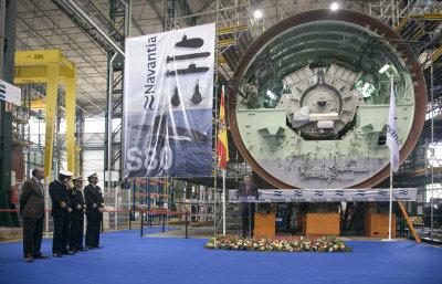 西班牙新設計的潛艦在完工前才發現超重70噸。圖為造艦廠前主任費格瑞拉斯(中)在去年11月發表演說的檔案照,旁邊為新潛艦的一座發動機。(美聯社)