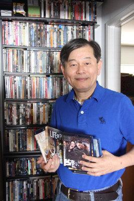 活躍南加僑界的學者廖茂俊是影片收藏家。(記者陳光立/攝影)