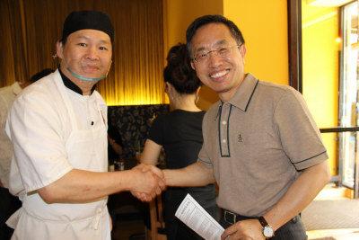 「天天見面」餐館老闆周慶林(左)歡迎陳寬享(右)到訪匹茲堡。(張瓊月/攝影)