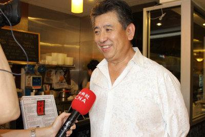匹茲堡華商陳飛響應僑委會的發展台灣軟實力,回台與「滬園」技術合作,致力把台菜餐飲打入美國社會。圖為他接受採訪。(張瓊月/攝影)