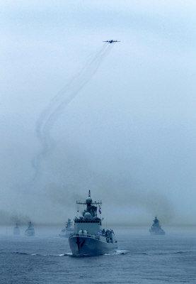 中俄海上聯演實兵演習結束,中俄海軍10日舉行海上閱兵式。(新華社)