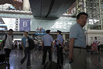 首都機場21日已恢復正常,但在航站樓的到達大廳仍有警員在場。(美聯社)