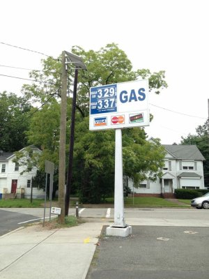 新澤西州愛迪生市一家加油站,油價持續下跌。(記者謝哲澍/攝影)