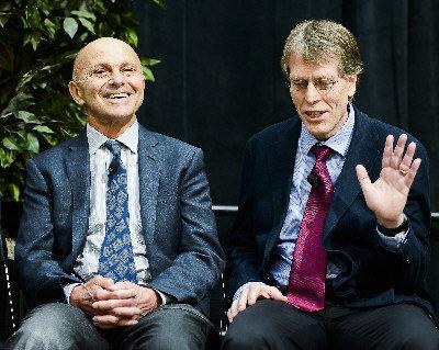 今年諾貝爾經濟學獎得主、同為芝加哥大學教授的法馬(左)和韓森14日召開記者會。(Getty Images)