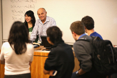 今年諾貝爾經濟學獎得主法馬(後右)14日在芝加哥大學教課,學生們排隊要和他合影。(歐新社)