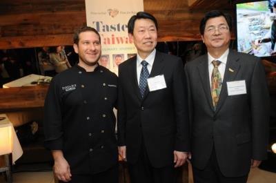 費拉洛(左起)、范國樞及張維庭參加「品嚐台灣」 美食活動。(記者許振輝/攝影)