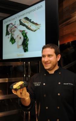 費拉洛秀他的新台灣美食「海鮮香腸」。(記者許振輝/攝影)